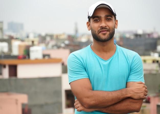 Портрет красивого индийского мужчины