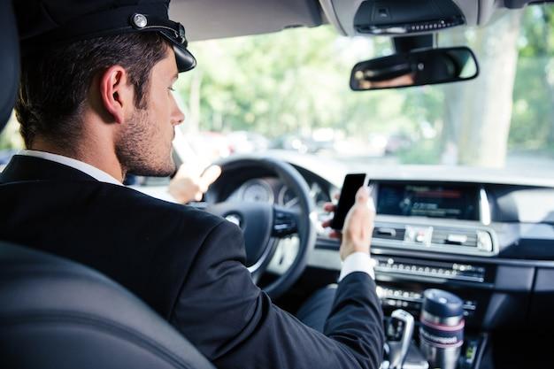 Портрет красивого мужского шофера на машине