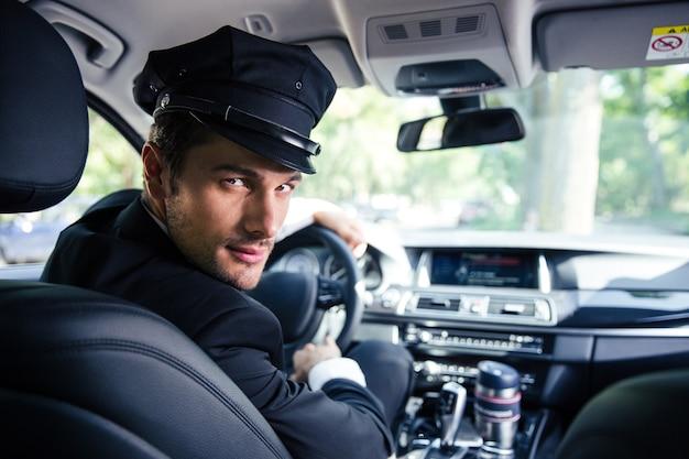 차에 앉아 잘 생긴 남자 운전사의 초상화
