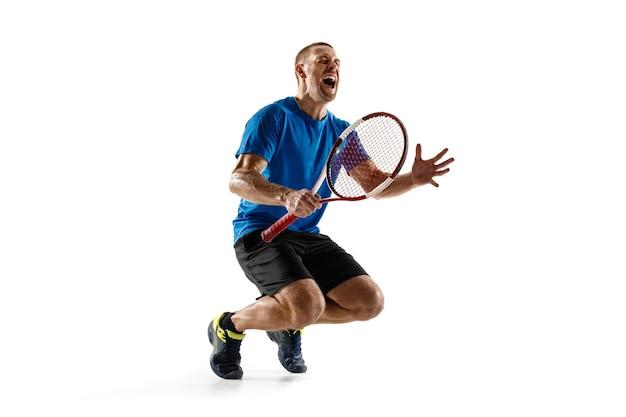 Портрет красивого мужского теннисиста, празднующего свой успех, изолированный на белой стене. человеческие эмоции, победитель, спорт, концепция победы Бесплатные Фотографии