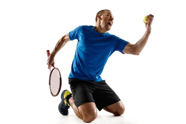 흰 벽에 고립 된 그의 성공을 축 하하는 잘 생긴 남자 테니스 선수의 초상화. 인간의 감정, 승자, 스포츠, 승리 개념