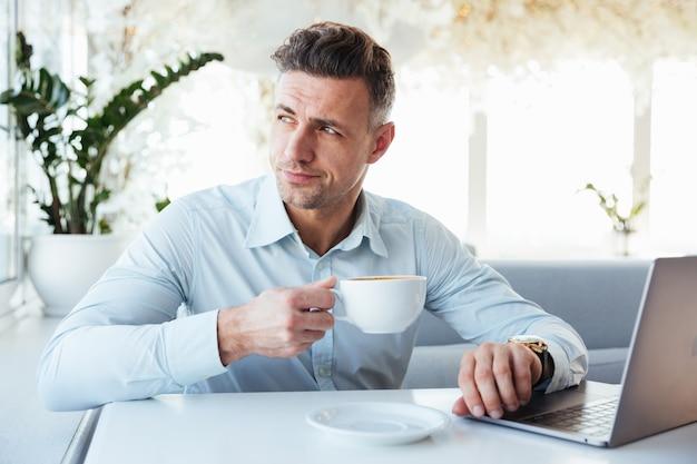Портрет красивый зрелый человек, используя портативный компьютер