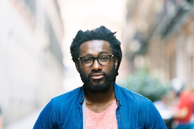 通りでハンサムな若いアフリカ人の肖像画。