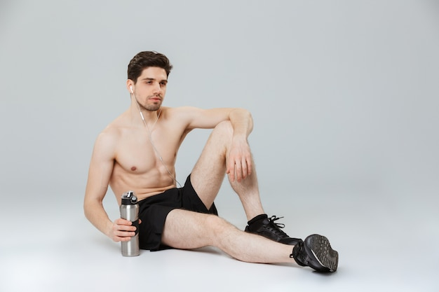 Портрет красивого молодого полуголого спортсмена