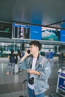 現代の空港ターミナルでハンサムな若い男の肖像画