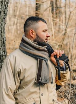 Портрет красивого молодого человека с бородой, выходящего на улицу.