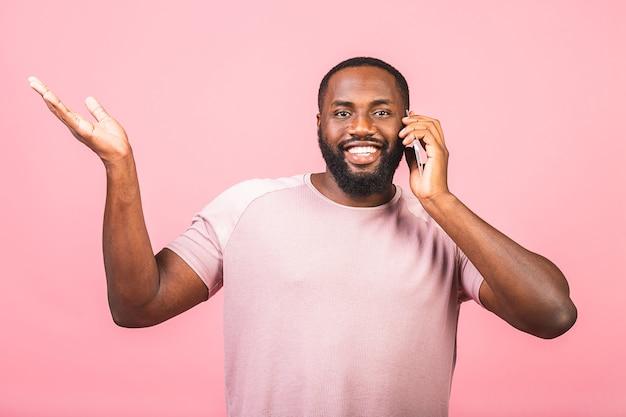 Портрет счастливого афроамериканца разговаривает по мобильному телефону