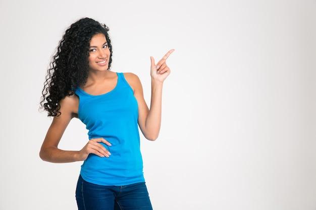 孤立した指を指す幸せなアフロ ・ アメリカ人女性の肖像画