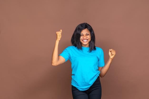 Портрет счастливой и взволнованной молодой черной женщины, радующейся, с копией пространства