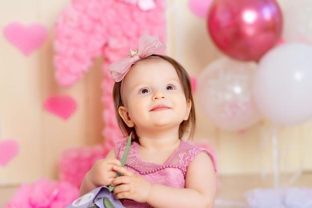 Портрет счастливого малыша в день рождения одного года