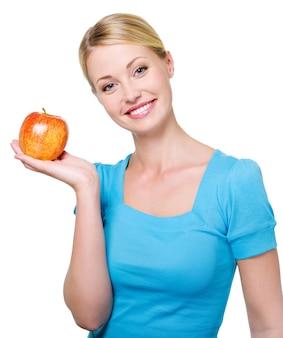 Портрет счастливой красивой женщины с красным яблоком - изолированные на белом
