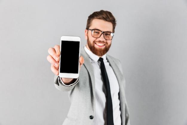 Портрет счастливый бизнесмен, одетый в костюм