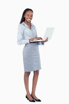 Портрет счастливый бизнесмен, используя ноутбук, стоя