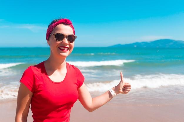 ビーチで幸せな陽気な少女の肖像画