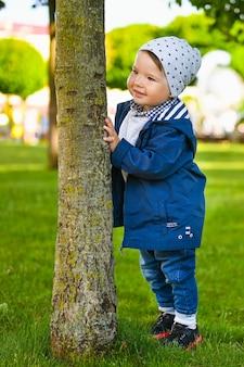 Портрет счастливого ребенка, играющего на улице в солнечную погоду