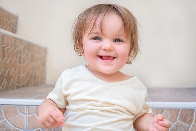 집에서 계단에 앉아 행복 한 아이의 초상화