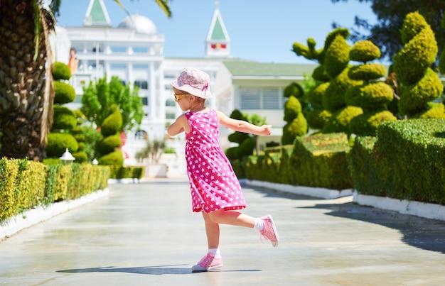 여름 날에 야외에서 선글라스를 쓰고 행복 한 아이의 초상화. 아마라 돌체 비타 럭셔리 호텔. 의지. tekirova-kemer. 터키.