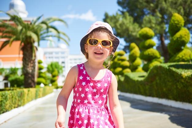 夏の日の屋外サングラスを着て幸せな子供の肖像画。アマラドルチェヴィータラグジュアリーホテル。リゾート。ケメロボ・ケメル。七面鳥。