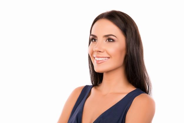 幸せな自信を持って美しい若い女性の笑顔の肖像画