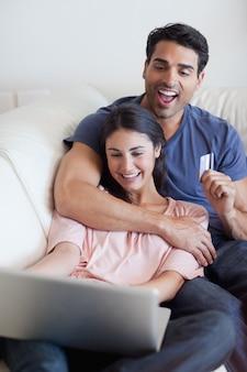 オンラインで休暇を予約している幸せな夫婦の肖像
