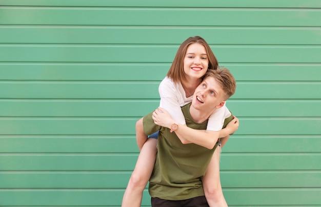 Портрет счастливой пары на бирюзе