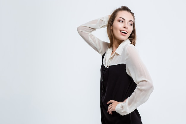 Портрет счастливой милой деловой женщины, глядя в сторону, изолированные на белом фоне