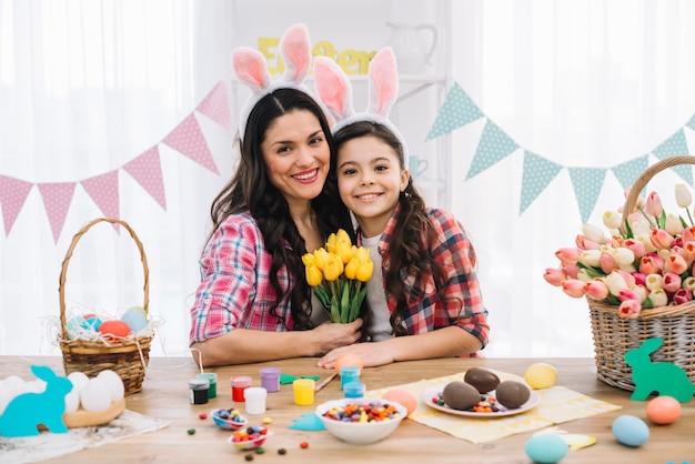 부활절 날 축하 그녀의 어머니와 함께 행복한 딸의 초상화