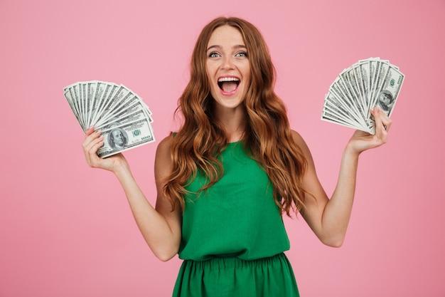 Портрет счастливой взволнованной женщины с длинными волосами