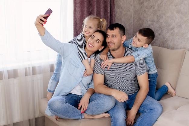 自宅で幸せな家族の肖像画