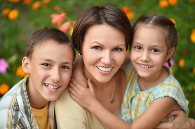 여름 야외에서 행복한 가족의 초상화