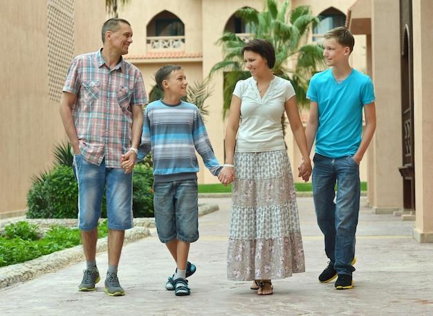 Портрет счастливой семьи на тропическом курорте