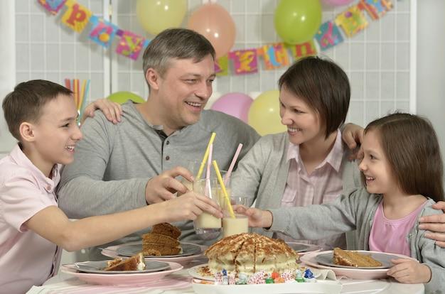 집에서 생일을 축하하는 행복한 가족의 초상화