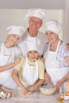 손자와 함께 요리하는 행복한 가족의 초상화