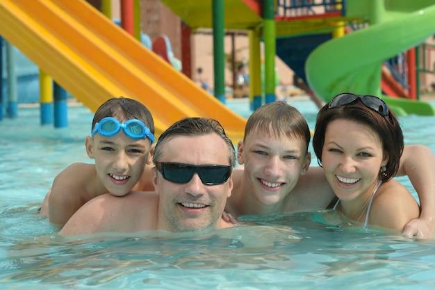 수영장에서 즐거운 시간을 보내는 행복한 가족의 초상화