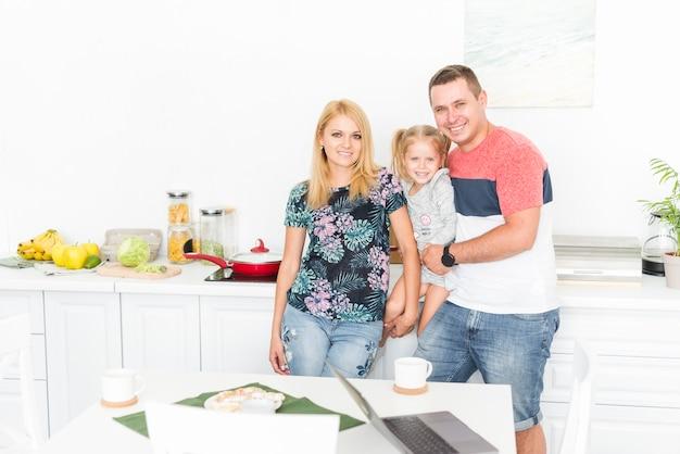 부엌에서 행복 한 가족의 초상화