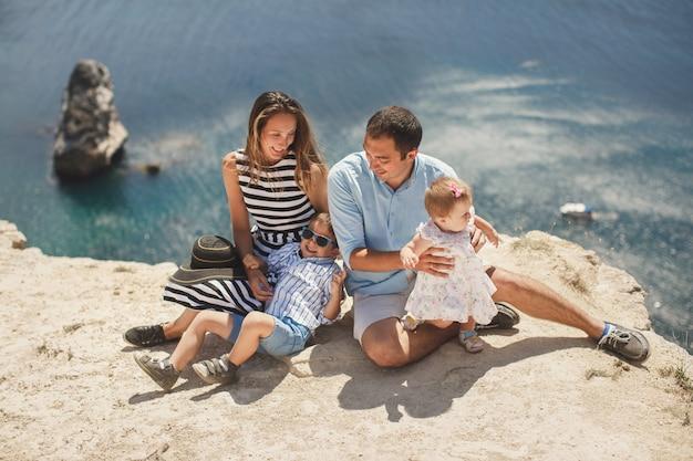 산에서 행복한 가족의 초상화입니다. 가족의 개념입니다. 가족 여행.