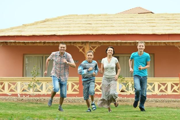 Портрет счастливой семьи в тропическом рессорте