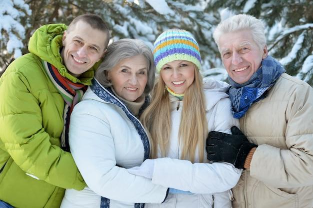 冬の幸せな家族の肖像画