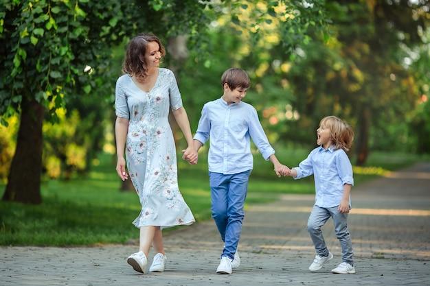 春の公園で幸せな家族、ママと息子の肖像画。