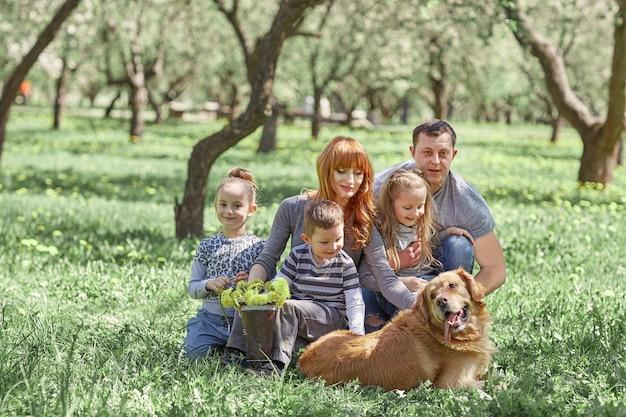 봄 날에 피크닉에 행복한 가족의 초상화