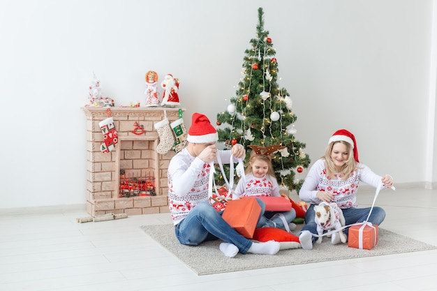 크리스마스 시간에 선물을 여는 행복 한 가족 초상화