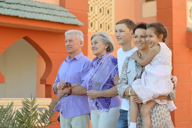 休暇リゾートでリラックスして幸せな家族の肖像画