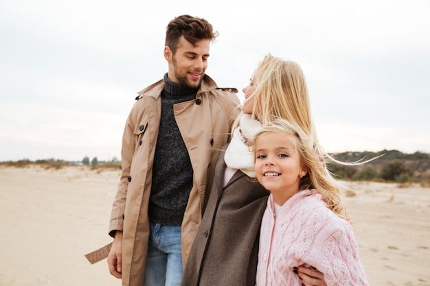 小さな娘と幸せな家族の肖像画