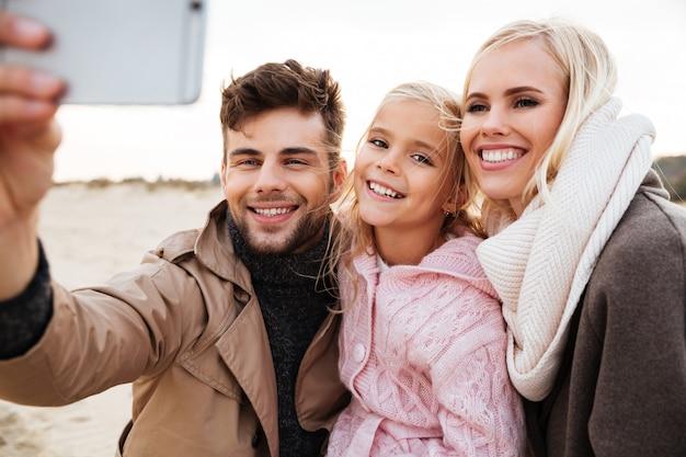 Портрет счастливой семьи с маленькой дочкой