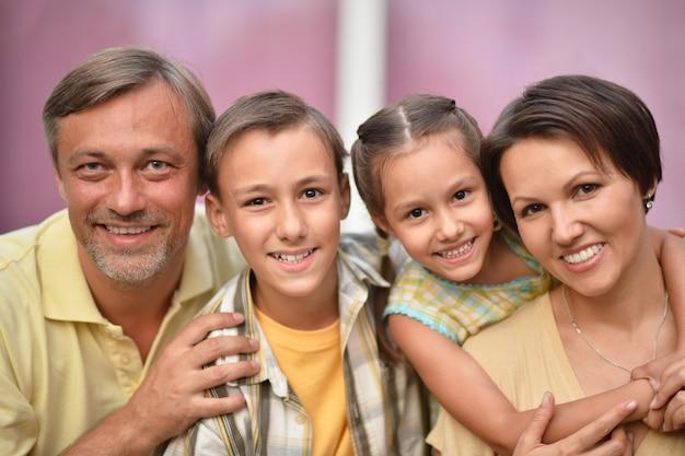 背景に子供と幸せな家族の肖像画