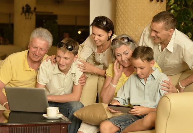 ノートパソコンで幸せな家族の肖像画
