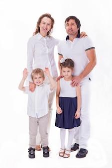 2人の子供を持つ幸せな家族の肖像画。白い壁に隔離