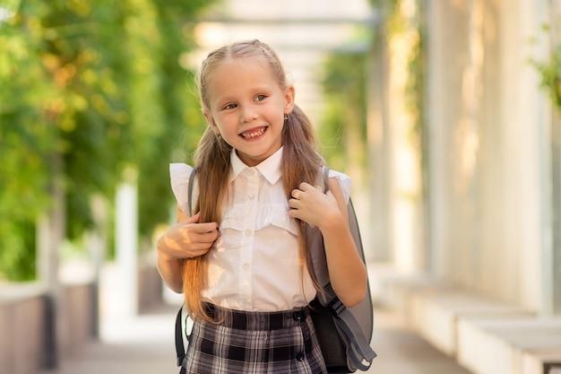 幸せな1年生の女子高生の肖像画