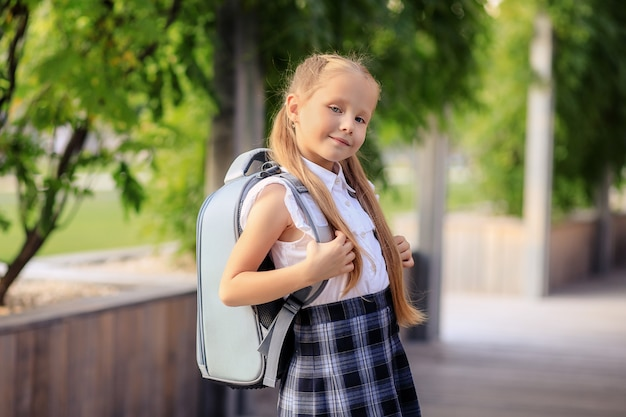 Портрет счастливой первоклассницы-школьницы