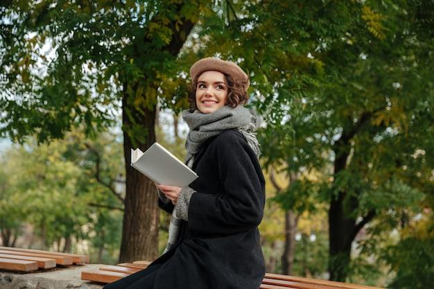 秋の服に身を包んだ幸せな少女の肖像画